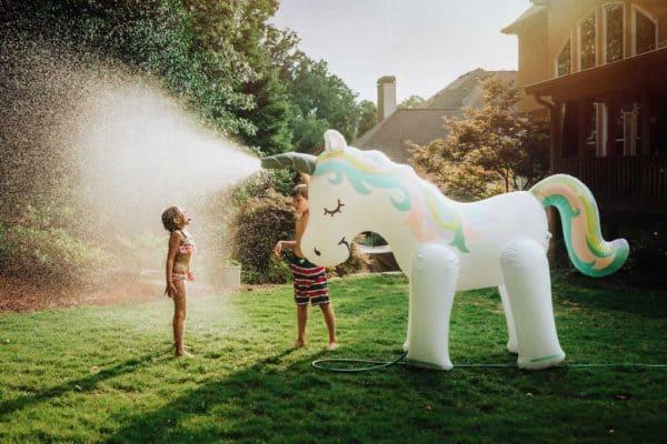 Unicornio gigante con aspersor de agua